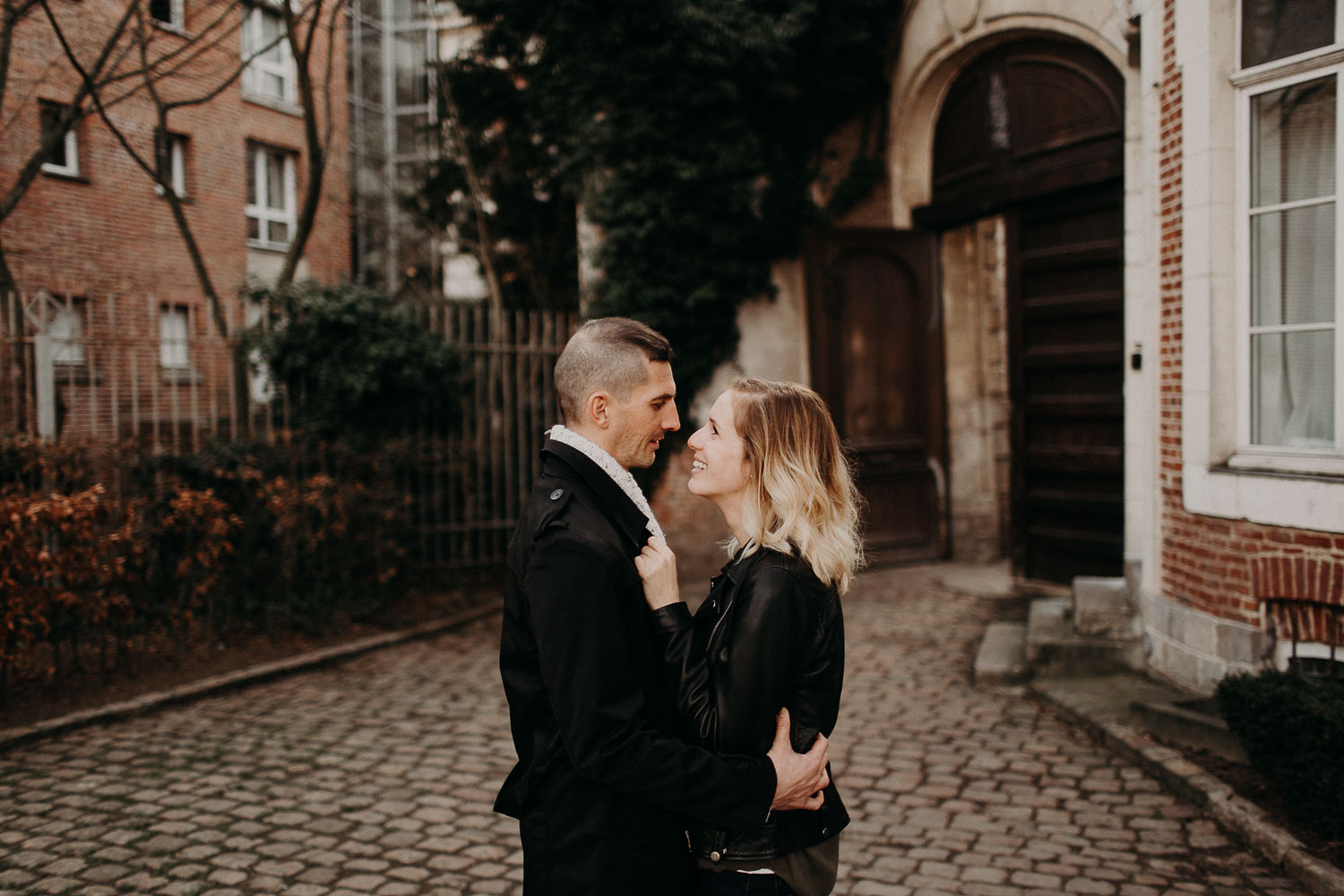seance-couple-vieux-lille-engagement-photographe-lifestyle-nord-33