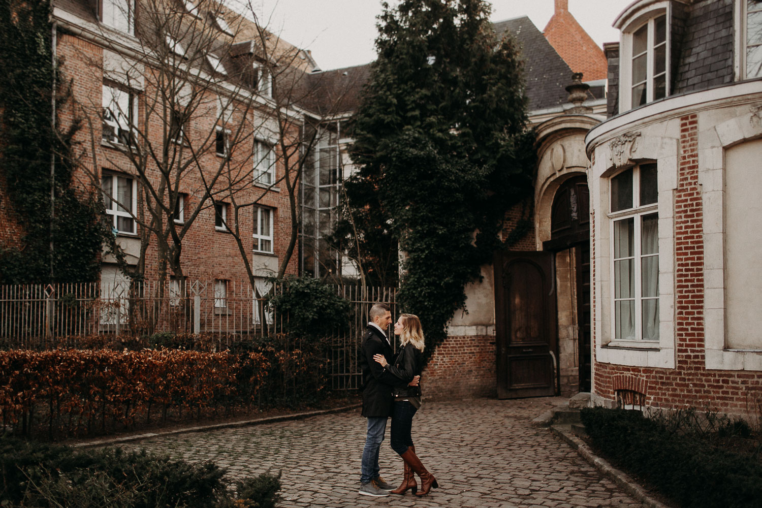 seance-couple-vieux-lille-engagement-photographe-lifestyle-nord-34